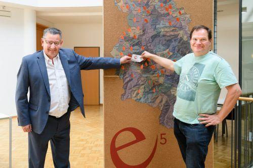 Bürgermeister Gert Mayer mit Heinrich Jussel, dem Leiter des Satteinser e5-Teams. Rhomberg