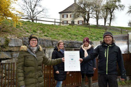 Bürgermeisterin Katharina Wöß-Krall, Carla Grundner (e5-Beauftragte), Patricia Gohm (Gruppe Bürgerservice/Umwelt und Landwirtschaft) sowie Bauhofleiter Wilfried Ammann mit dem Ökogemeinde-Zertifikat.Marktgemeinde