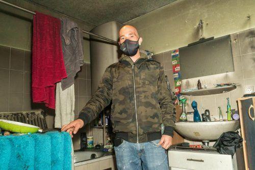 Christian Fend am Ort des unheilvollen Geschehens. Die Wohnung wurde durch das Feuer stark in Mitleidenschaft gezogen.VN/Stiplovsek