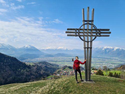 Das erste Kreuz steht bereits am Anfang der Rundtour, kurz oberhalb des Fußballplatzes, mit Blick ins Rheintal und auf die Schweizer Berge.Alle Bilder: Oliver Ihring