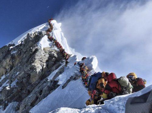 Das Foto ging um die Welt: 2019 gab es in der Todeszone des Mount Everest einen Stau. AP