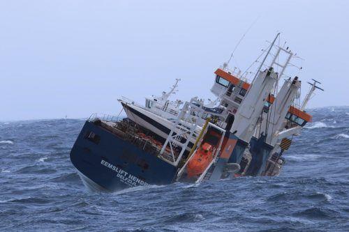 """Das führerlose Frachtschiff """"Eemslift Hendrika"""" drohte auf Grund zu laufen. Reuters"""