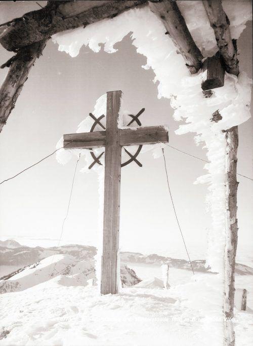 Das Gipfelkreuz auf der Winterstaude wurde 1950 zur Erfüllung eines Gelübdes errichtet. Nach einem Blitzeinschlag im Jahr 1960 wurde noch im selben Jahr ein neues Kreuz aufgestellt. Ansichtskartensammlung , Helmut Klapper, Sammlung Risch-Lau,Helmut Tiefenthaler, Vorarlberger Landesbibliothek