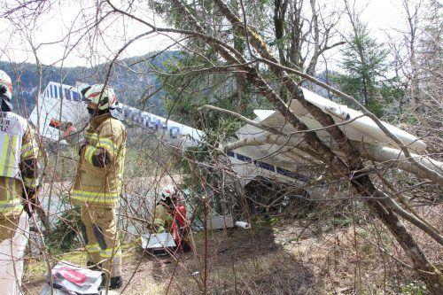 Das Vorarlberger Motorflugzeug wurde von einer Windböe buchstäblich in ein Waldstück geschleudert. BFV REUTTE