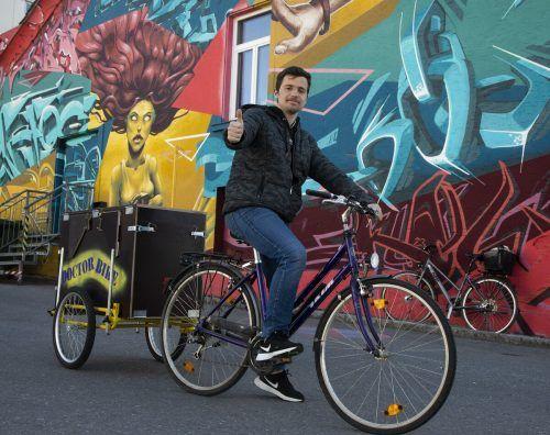 Daumen hoch: Furkan Özgan (17) aus Bregenz hat beim Bau der mobilen Fahrradwerkstatt tatkräftig mitgeholfen. VN/Paulitsch
