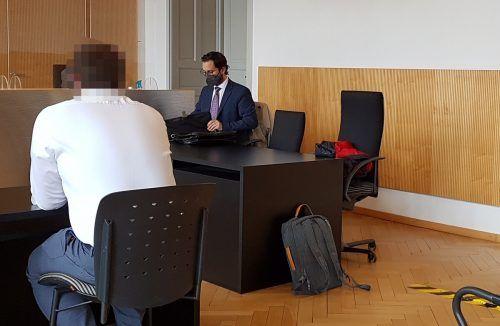 Der angeklagte Geschäftsmann (l.) erwies sich bei seinen Verkäufen als nicht ganz ehrlich. ECKERT
