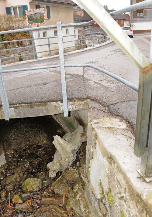 Der Fesslerwaldgraben verläuft unterhalb der Pfarrkirche. Er muss saniert werden.