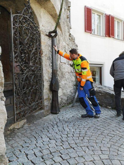 Der imposante Klöppel wurde von den Mitarbeitern des Stadt-Bauhofs fixiert.
