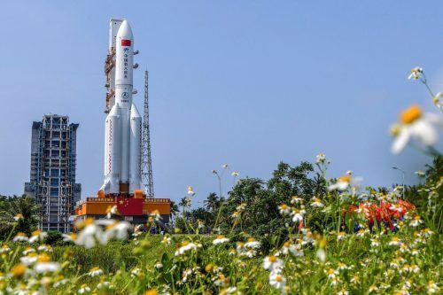 """Die chinesische Rakete vom Typ """"Langer Marsch 5B"""" steht auf der Startrampe. AFP"""