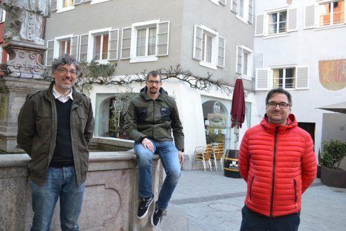 Die drei Historiker Michael Kasper, Stefan Stachniß und Christof Thöny bereiten die Geschichte von Bludenz auf.BI