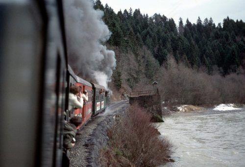 Die ehemalige Haltestelle Langen-Buch. Rechts im Bild ist der Zugang zur Brücke zu sehen. www.bregenzerwaldbahn-frueher-heute.at, VN/Paulitsch