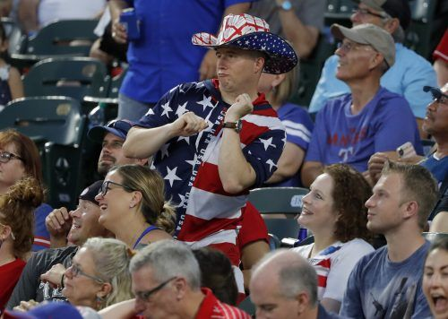 Die Fans der Texas Rangers dürfen ihre Baseballstars wieder live verfolgen.ap