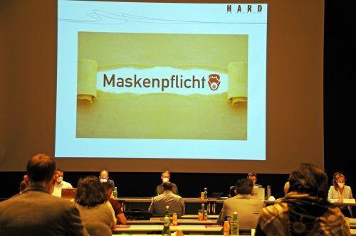 Die Harder Gemeindevertretung tagt aktuell mit ausreichend Abstand und bei Maskenpflicht im Spannrahmen. ajk