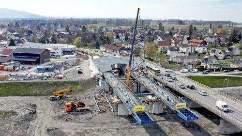 Die Hilfskonstruktion für den Brückenvorschub wird aufgerichtet. ajk/5