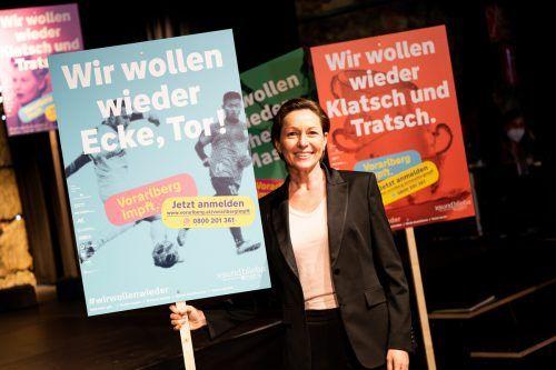 Die in Kooperation von ikp und Sägenvier entworfenen Plakate verbinden die Forderung nach Normalität mit der Impfung. Serra