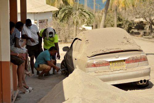 Die Karibikinsel St. Vincent wurde nach einem Vulkanausbruch von Ascheregen bedeckt. Das erleichtert den Reifenwechsel nicht unbedingt. REUTERS