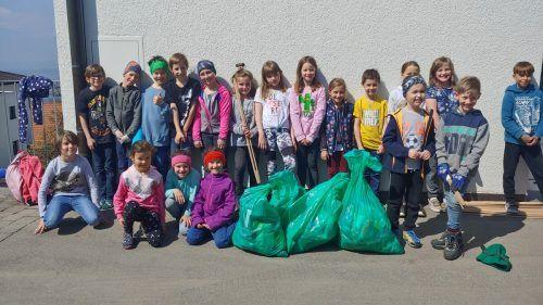 Die Kinder der Volksschule Viktorsberg sammelten achtlos weggeworfenen Dosen, Flaschen und Zigarettenstummel ein. Daniel Amann
