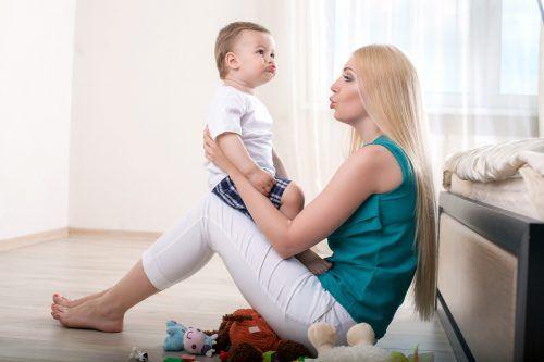 Die Kommunikation zwischen Mutter und Kind fördert die Sprachentwicklung.Shutterstock