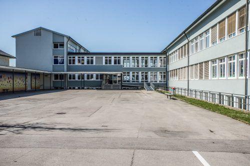 Die Lochauer Volksschule wurde im März zum Schauplatz eines Tumultes. VN