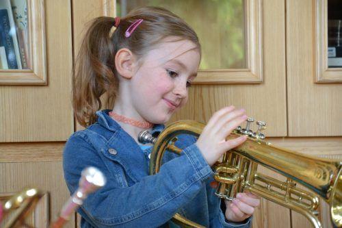 Die Musikschule lässt interessierte Kinder allerlei Instrumente ausprobieren.Musikschule