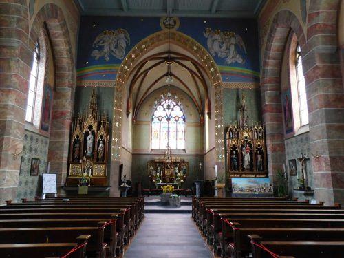 Die Pfarrkirche von Weiler wurde im Jahr 1876 geweiht. Die Außenansicht zeugt vom neugotischen Stil. Die Innengestaltung beeindruckt durch ihre Malereien.Mäser