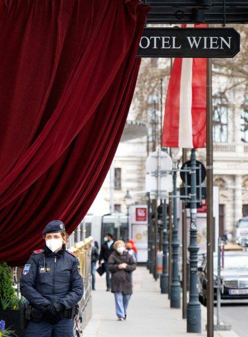 Die Polizei bewacht das Hotel in Wien, in dem sich Teilnehmer der neuen Gespräche treffen. AFP