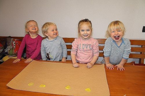 Die Tageskinder von Karin Burtscher hatten eine Menge Spaß beim Basteln für die Oma- und Opa-Überraschung.cth (3)