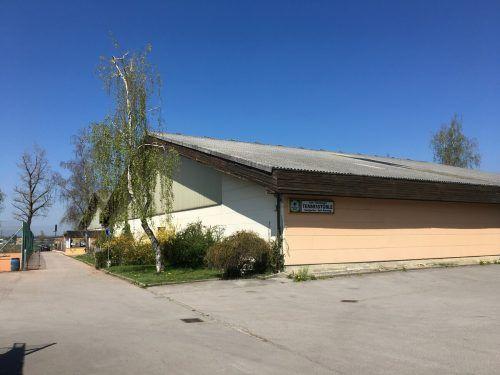 Die Tennishalle liegt zwischen den Tennisplätzen und der Sportanlage Haselstauden, die vor allem der DSV nutzt.VN-pes