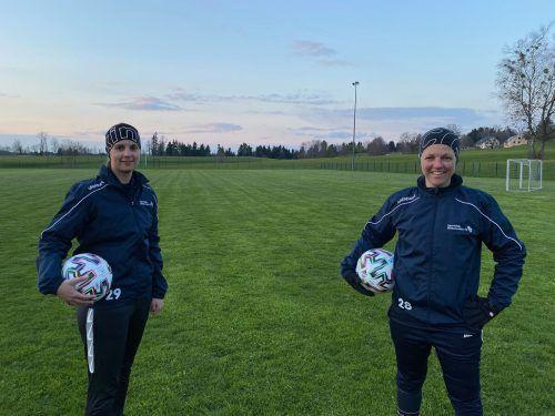 Die Trainerinnen Julia Seeberger ( l.) und Sonja Baldauf genießen die ersten Einzeltrainings mit ihren Spielerinnen auf dem Fußballplatz.