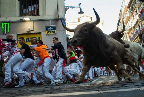 """Die umstrittene Stierhatz ist der Höhepunkt des traditionellen""""Sanfermines""""-Festes.afp"""
