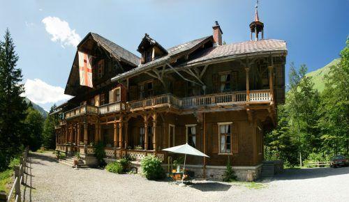 Die Villa Maund wurde als Jagdvilla vom englischen Bankier und Alpinisten Sir John Oakley Maund im Jahre 1890 erbaut. Viele Jagdgesellschaften nutzten die Villa zum Feiern und Jagen, so auch der deutsche Kronprinz Wilhelm von Hohenzollern. F. Böhringer