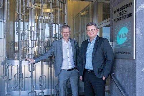 Die Vorstände Robert Sturn und Klaus Himmelreich haben das Eingangstor der VLV in Bregenz geschlossen, nun kann mit dem Neubau begonnen werden. FA