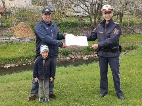 Dornbirns Bezirkspolizeikommandant Christian Ertl überreicht Dietmar Hofer (mit Sohn Jakob Werner, 5) den Sicherheitspreis. POLIZEI