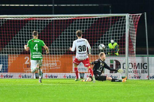 Dornbirns Tom Zimmerschied lässt Goalie Domenik Schierl keine Chance.