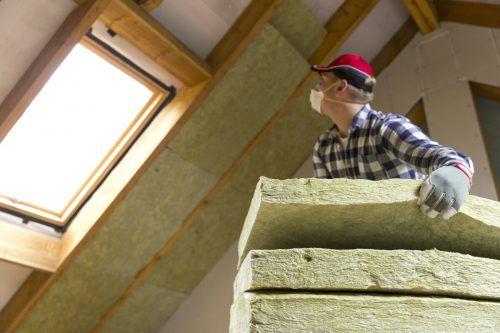 Durch eine Dachdämmung können fünf- bis siebenfach bessere Wärmewerte erzielt werden. Shutterstock, GPH/Schuster