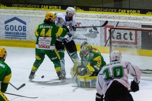 EHC-Goalie Lukas Reihs musste einem leid tun. Doch am Tormann lag es nicht, dass der EHC gegen Laibach unter die Räder kam.gepa