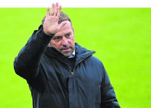Ein Bild mit Symbolcharakter, auch wenn in den Stadien derzeit keine Fans erlaubt sind. Bayern-Trainer Hansi Flick mit einer Geste der Verabschiedung.afp