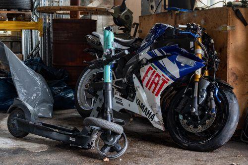 Ein Motorradfahrer hat auf seiner Flucht einen Scooterfahrer gerammt. APA