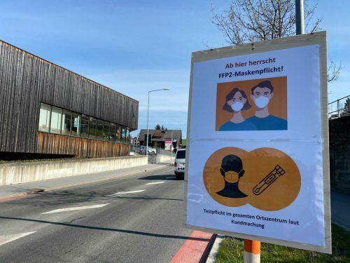 Ein paar Tage werden diese Schilder im Bregenzerwald noch stehen.vn/sams