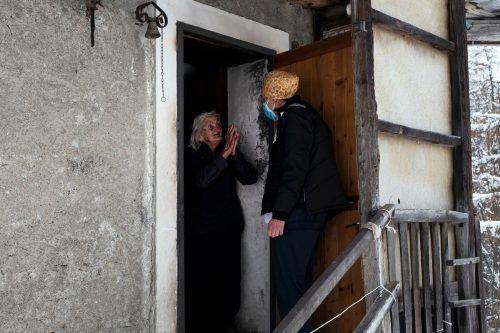 Eine Frau dankt in Elva - im Piemont - einem Arzt für ihre Coronaimpfung im Zuge einer Aktion für Über-80-Jährige.AFP