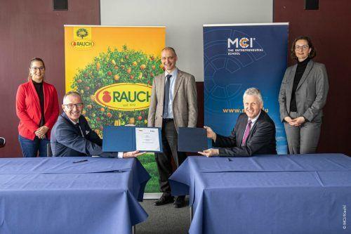 Elisabeth Meyer-Exner (Rauch), Rektor Andreas Altmann, Christoph Griesbeck (MCI), Wolfgang Schwald (Rauch) und Katrin Bach (MCI). MCI/Kiechl