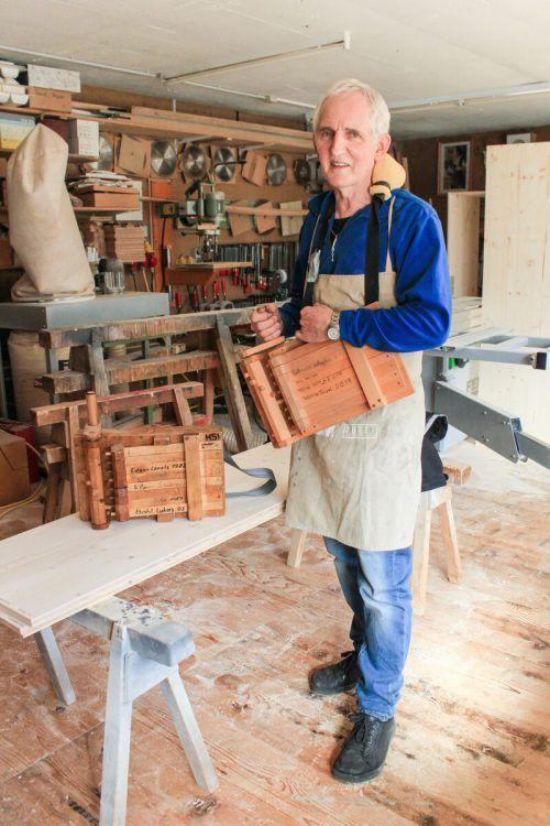 Elmar Stüttler baut in dritter Generation Rätschen für die Vandanser und Tschaggunser Kinder. JUN