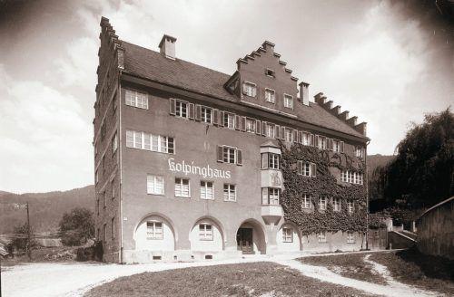 Emil Kirner und Johannes von Leiß gründeten 1860 den Gesellenverein in Bregenz. 1926 erfolgte der Bau des Kolpinghauses, das zwischen 1950 und 1954 noch ausgebaut wurde.
