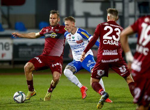 Er war Hartbergs Erlöser: Lukas Ried (M.), der kurz vor Schluss zum 2:1-Siegtreffer traf. Hier zu sehen in einer Situation gegen Berkay Dabanli (l.) und Aljaz Casar (r.).APA