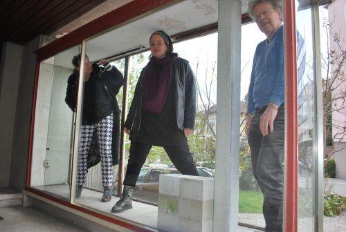 Evelyne Fricker (v.l.), Bettina Bohne und Benny Gleeson in der Kunstvitrine im Hatlerdorf.ERH