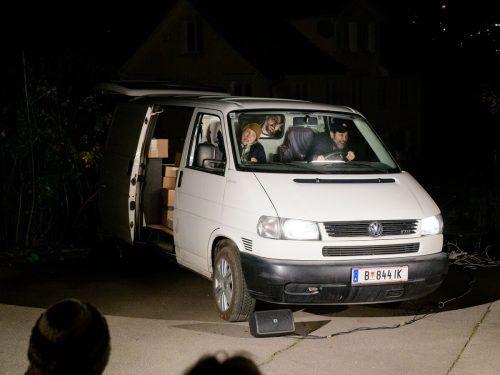 Gespielt wird in, um und auf einem geparkten Lieferwagen.Café Fuerte