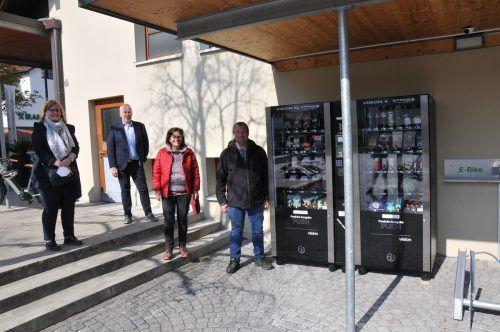 Heidi Lampert und Margareta Baldessari (z'Göfis füranand do), Bürgermeister Thomas Lampert und Geschäftsführer Domenik Kogler (ADEG Tisis) bei den neuen Lebensmittelautomaten beim Gemeindeamt. EGle