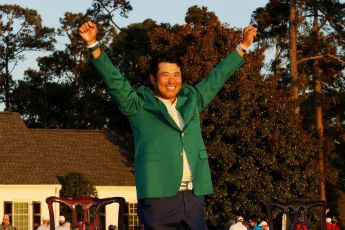 Hideki Matsuyama jubelt über das legendäre grüne Sakko, das dem Masters-Sieger neben einem Preisgeld von rund 1,68 Millionen Euro zusteht. apa