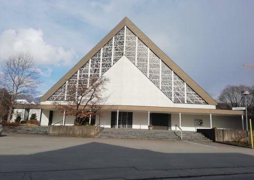 Im Jahr 1968 wurde die neu erbaute Kirche dem heiligen Josef geweiht. Die Geschichte des Heiligen ist in den Glasfenstern erzählt.Mäser