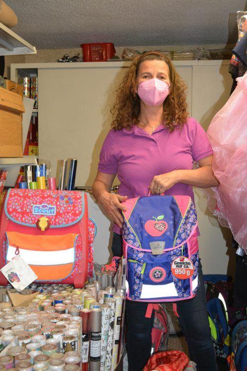 Im Lager sammelt sie nicht verkaufte und gebrauchte Taschen, um sie für einen guten Zweck zu spenden.bvs